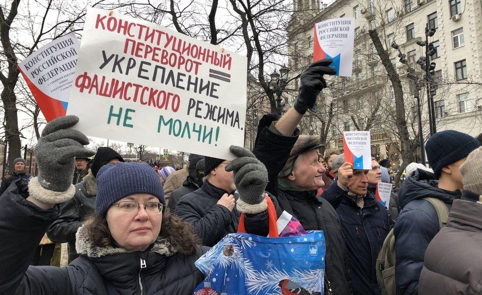"""U nekoliko gradova organizovani su protesti, a ovaj transparent upozorava na """"rušenje ustavnog poretka"""", ali nisu svi Rusi toliko zabrinuti"""