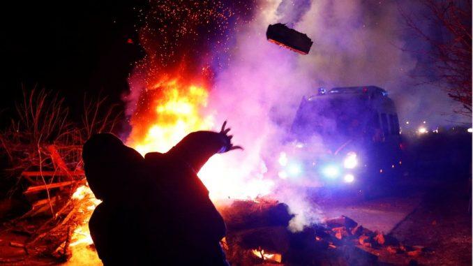 Korona virus: Demonstranti napali autobus sa Ukrajincima evakuisanim iz Kine 2
