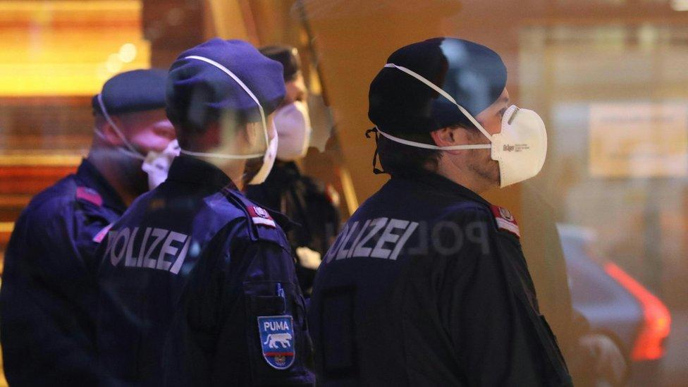 policajci s maskama u Insbruku