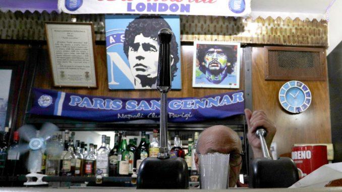 Za navijače Napolija tim je religija, a Maradona je bog (FOTO) 1