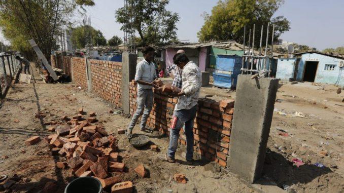 Indija podigla zid pored siromašne četvrti uoči Trampove posete 5