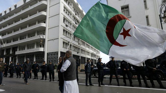 Hiljade ljudi na ulicama na prvoj godišnjici protesta u Alžiru 3