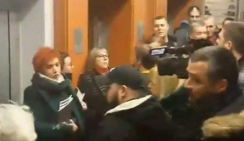 Radikali napali Natašu Kandić i aktiviste NVO u Opštini Stari grad (VIDEO) 8