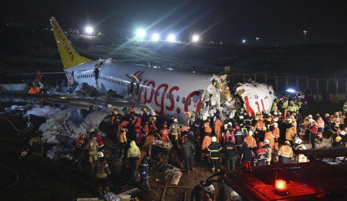 Avion skliznuo sa piste u Istanbulu, trup se raspao na tri dela, jedna osoba poginula 6