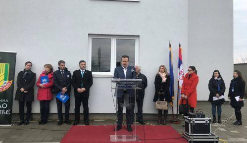 Dačić uručio ključeve stanova za izbeglice u Malom Crniću 13