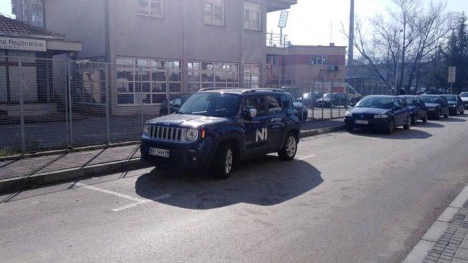 Oštećen službeni automobil N1 televizije u Nišu 1