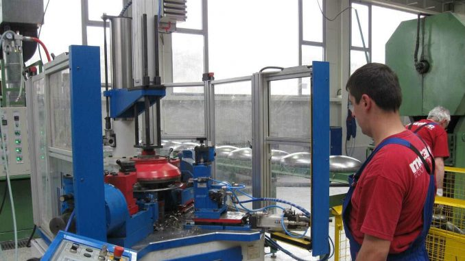 Fabrike ubrzano menjaju poslovanje da zaštite radnike 4