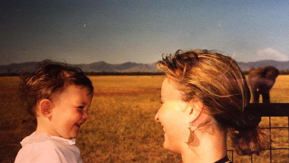 Ema sa majkom Džej na safariju u Africi