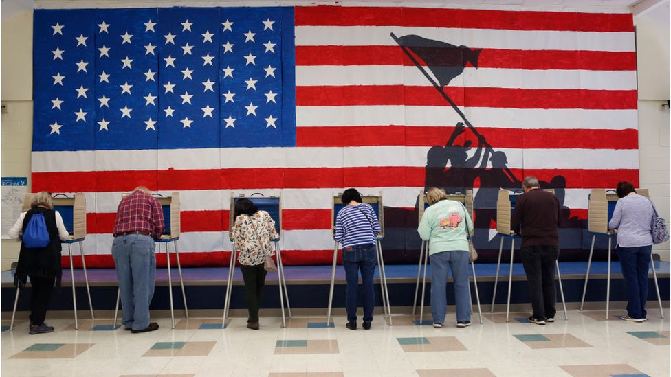 Glasači na biračkom mestu u osnovnoj školi u Česterfild Kauntiju u Virdžiniji