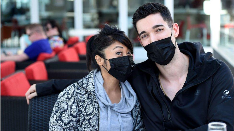 Mladi ljudi sa maskama