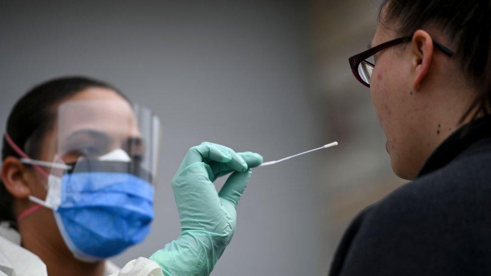 testiranje korona virusa uzimanje brisa od pacijenta