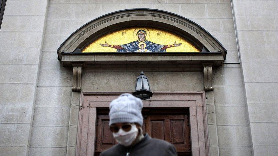 Vernik ispred crkve tokom korona virusa