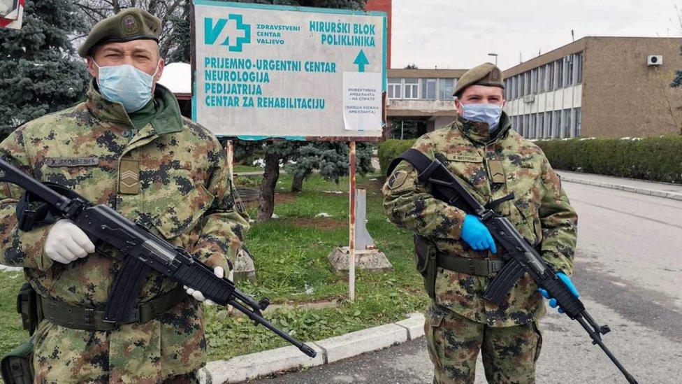 Vojnici na ulazu u valjevsku bolnicu