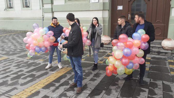 """Mladi SSP izveli akciju """"150 balona za 150 ljudi koji napuste Zrenjanin i Srbiju"""" 2"""