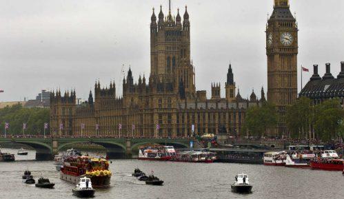 Sukobi učesnika ulične nezakonite zabave u Londonu sa policijom 8