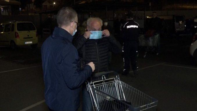 Stefanović obišao prodavnice i zahvalio najstarijim sugrađanima na poštovanju reda 2