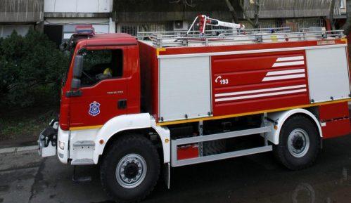 Pripadnici policije i Sektora za vanredne situacije gase požar u fabrici u Novom Sadu 1