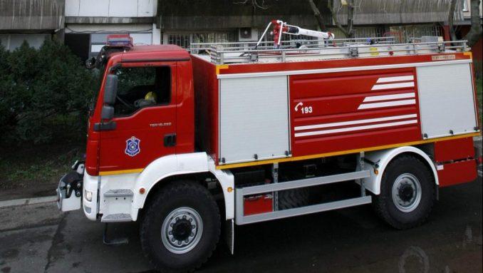 Pripadnici policije i Sektora za vanredne situacije gase požar u fabrici u Novom Sadu 3