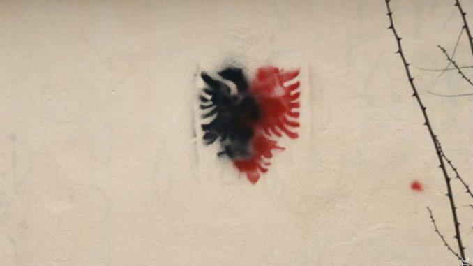 Dvoglavi orao na zgradi škole u Preocu kod Gračanice 3
