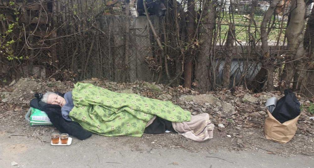 Hitna pomoć baku (70) ostavila na ulici gde je provela noć 2