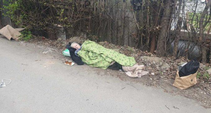 Hitna pomoć baku (70) ostavila na ulici gde je provela noć 1