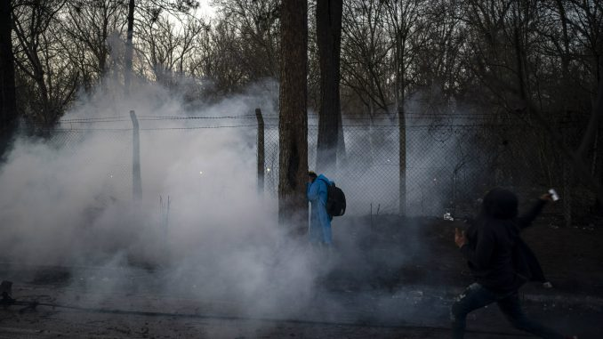Grčka policija suzavcem protiv migranata koji su pokušali da probiju granicu iz Turske 3
