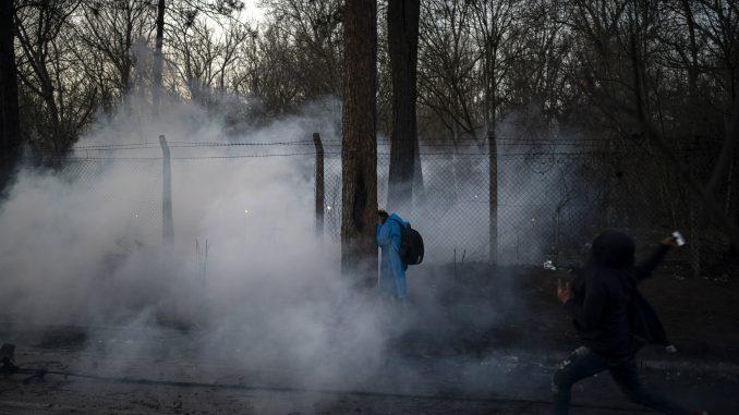 Grčka policija suzavcem protiv migranata koji su pokušali da probiju granicu iz Turske 4