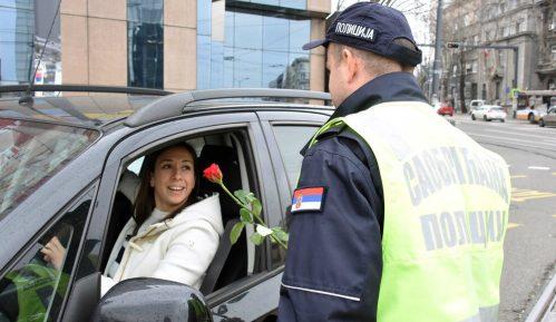 Policajci u Srbiji dele ruže ženama za volanom 6