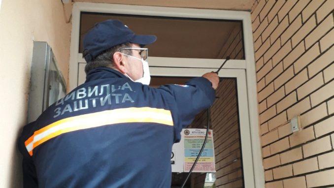 Civilna zaštita grada Kraljeva dezinfikuje ulaze u stambenim zgradama 1