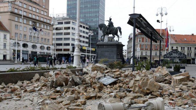 Kontrolisanom eksplozijom vrh tornja Zagrebačke katedrale spušten na zemlju 2