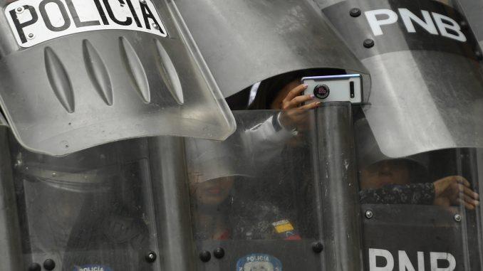 Policija u Karakasu suzavcem rasterala protest opozicije 5