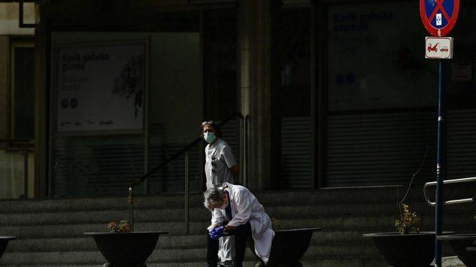 U Velikoj Britaniji u poslednja 24 sata od korona virusa umrlo 786 osoba 3
