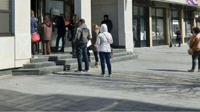 U Zrenjaninu zabeleženi redovi ispred banaka 3