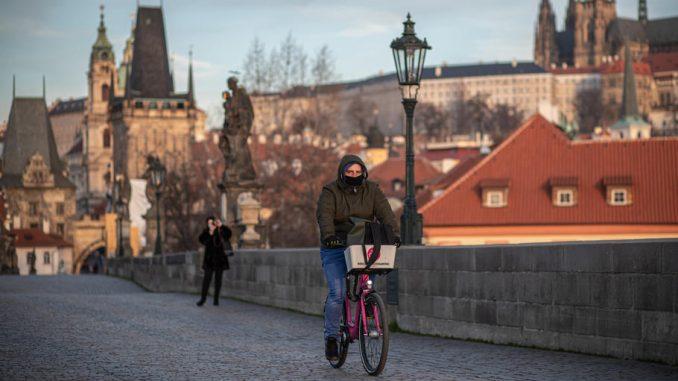 Sud ukinuo obavezu nošenja zaštitne maske u Češkoj 4