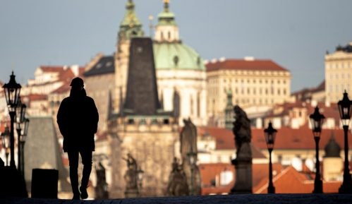 Policija u Pragu vodenim topom i suzavcem rasterala stotine huligana 11