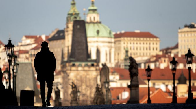 Policija u Pragu vodenim topom i suzavcem rasterala stotine huligana 4