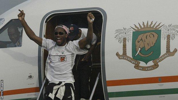 Drogba se pojavljuje iz aviona koji je doleteo sa pobedničkom ekipom Obale Slonovače iz Sudana