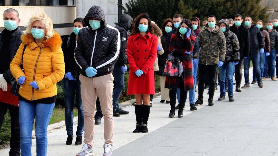 Od posledica korona virusa u Srbiji je dosad preminulo 23 ljudi, dok je broj zaraženih porastao na 900