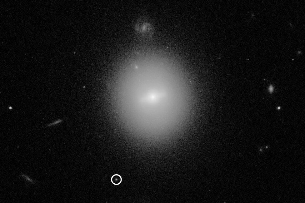 Crna rupa (okružena) leži na periferiji velike galaksije
