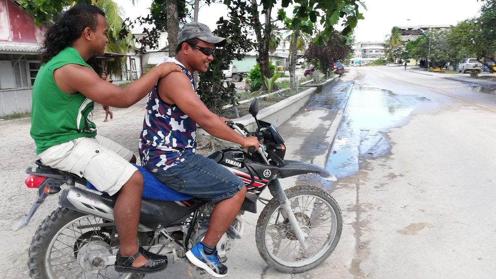 nauru muškarci na motoru