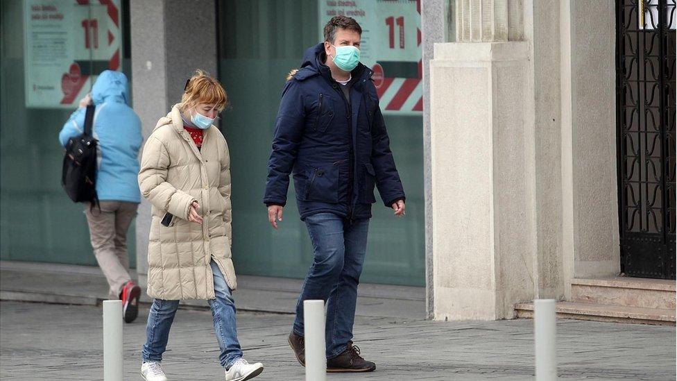 ljudi s maskam