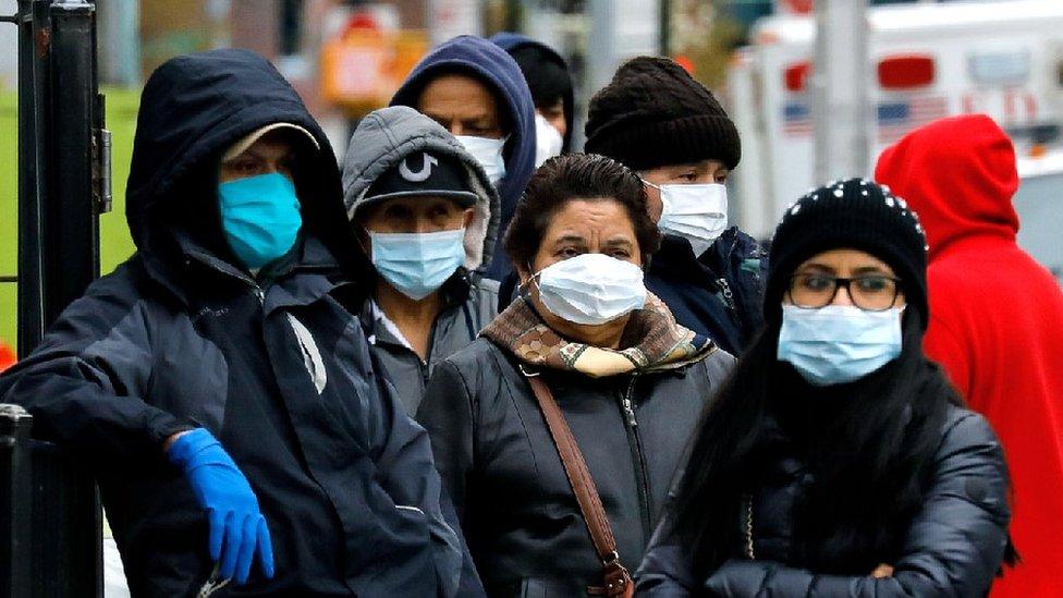 Njujorčani sa maskama stoje u redu