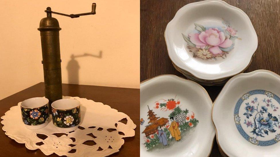 mlin za kafu i porcelanski tanjiri