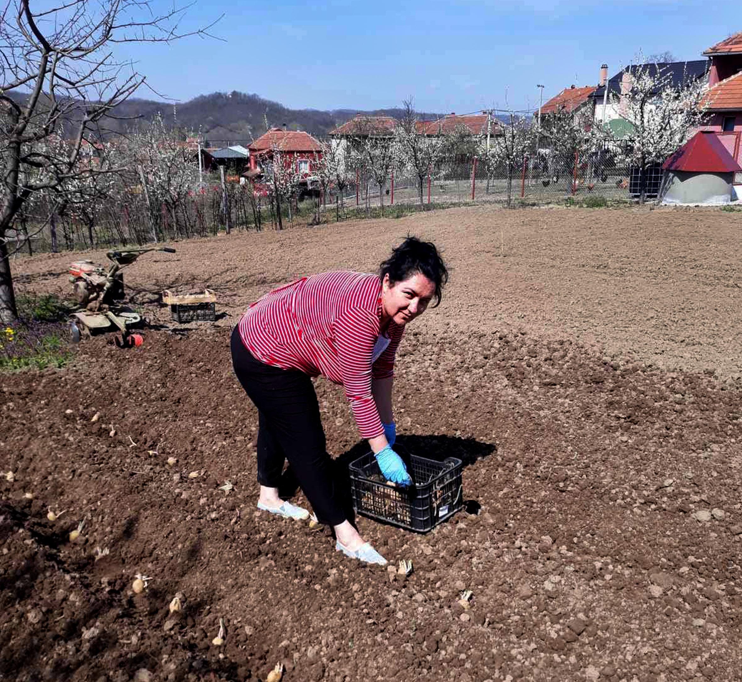 žena radi u polju