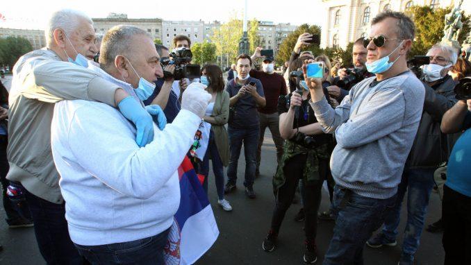 Na protestu opozicije ispred Skupštine i pristalice vlasti, komunalci upozorili da se nose maske 4