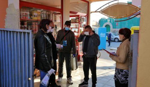 Volonteri delili maske kupcima na ulazu u pijacu u Donjem Milanovcu 7