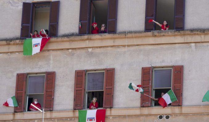 Italijani slavili godišnjicu oslobođenja pevajući Bella ciao sa terasa 3