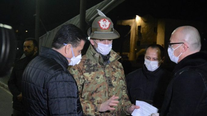 Suret gradonačelnika severne i južne Mitrovice na mostu na Ibru 2