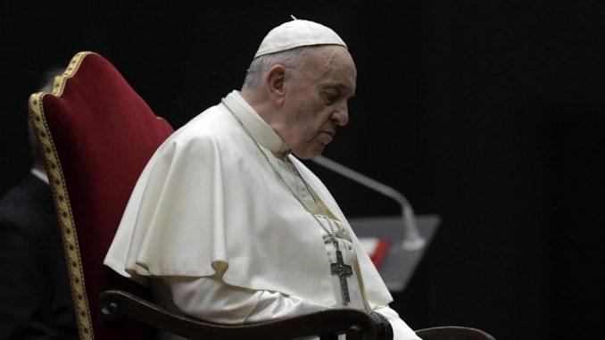 Papa, bolničari i bivši zatvorenik na praznom Trgu Svetog Petra 2