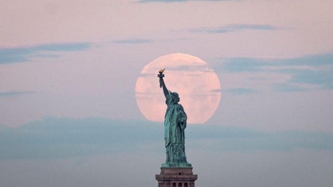 Super Mesec obasjao nebo nad gradovima širom sveta 3